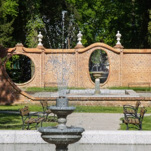 oryginalne budowle w parku w Iłowej