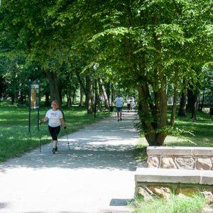 Kobieta uprawiająca nordic walking
