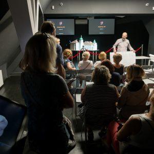 spotkanie w sali multimedialnej na scenie mężczyzna z planszą