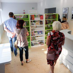 Grupa osób w nowoczesnej bibliotece