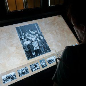 Kobieta ogląda zdjęcia na ekranie