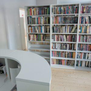 Regały zapełnione książkami